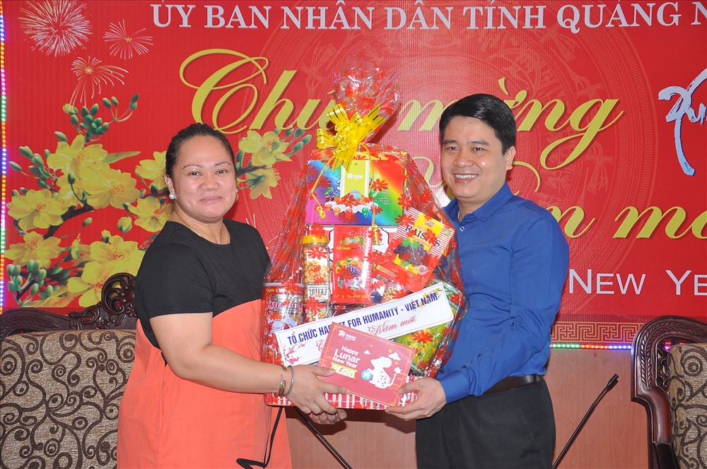 Bà Kelly Michelle Koch - Giám đốc quốc gia tổ chức Habitat Việt Nam tặng quà chúc mừng năm mới Canh Tý 2020 đến lãnh đạo tỉnh. Ảnh: VINH ANH