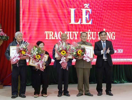 Lãnh đạo huyện Thăng Bình trao huy hiệu 60 năm tuổi Đảng cho các đảng viên. Ảnh: SƯƠNG TÂN