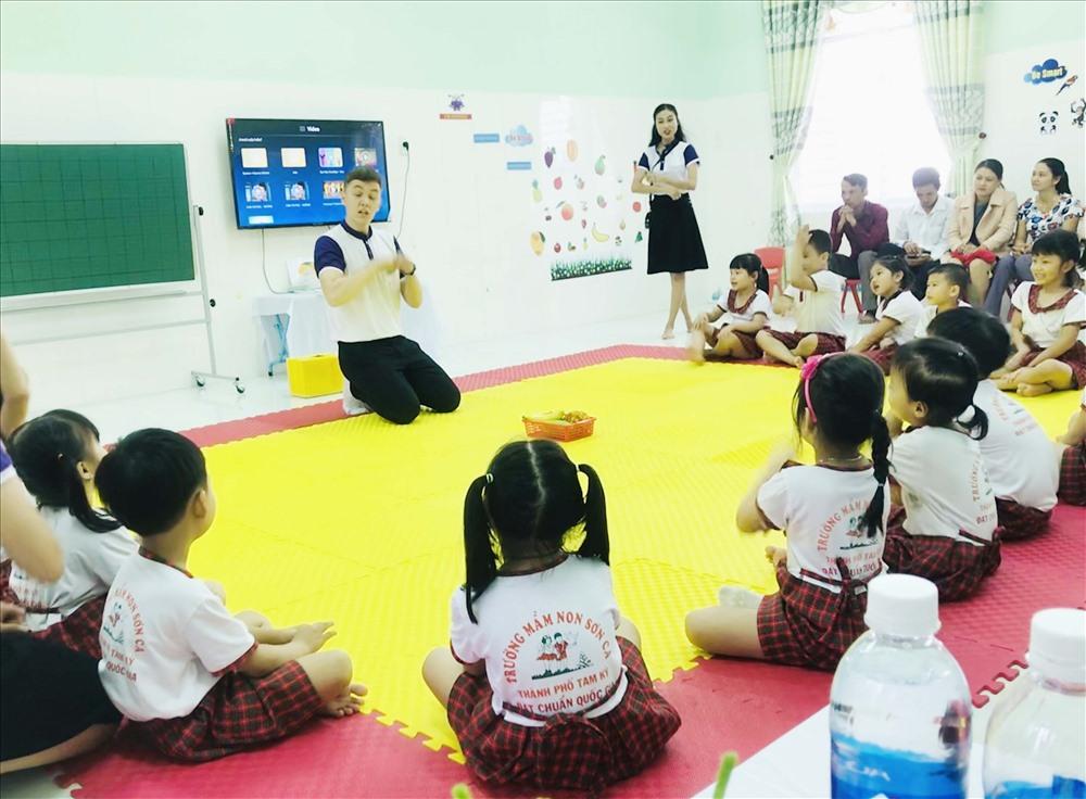 Phụ huynh Trường Mầm non Sơn Ca dự một tiết học tiếng Anh có giáo viên nước ngoài dạy. Ảnh: C.N