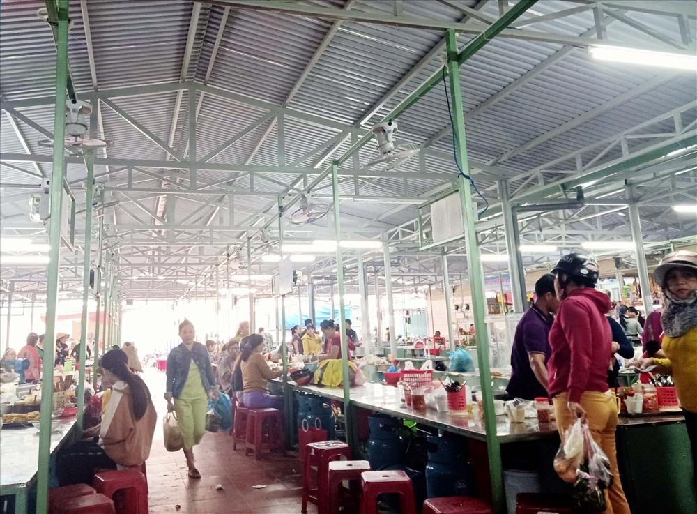 Chợ Điện Ngọc được nâng cấp khang trang, tạo thuận lợi cho người dân trong mua bán. Ảnh: TÂM PHÁT