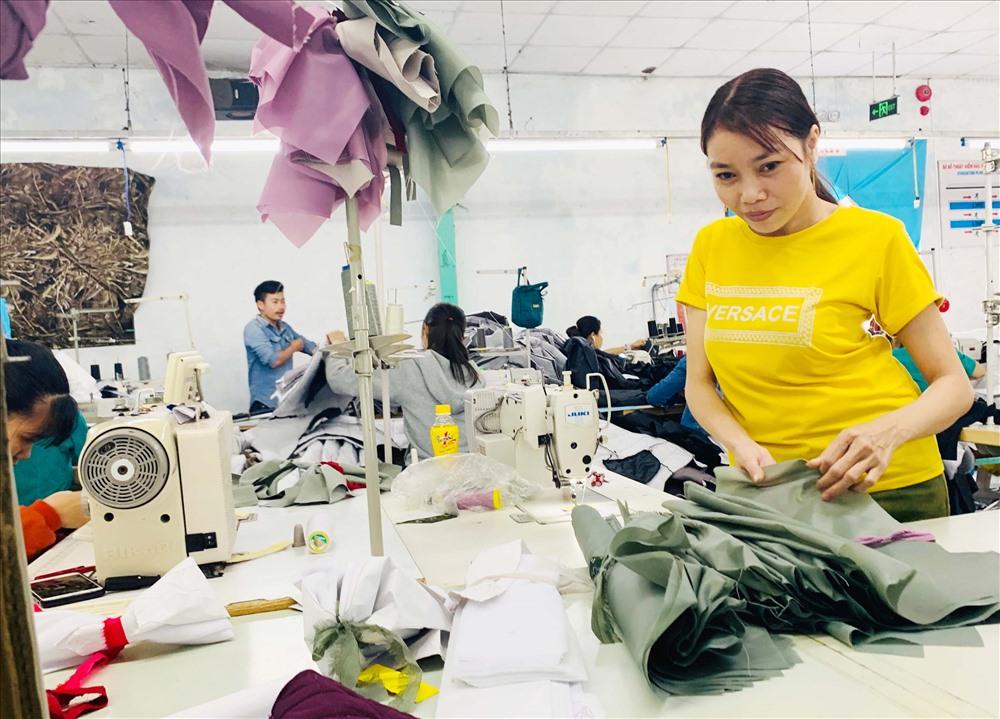 Nhiều lao động là người khuyết tật thích nghi tốt với môi trường công nghiệp. Ảnh: PHAN VINH