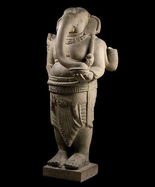 Tượng Ganesa đứng của điêu khắc Chămpa, phát hiện tại Mỹ Sơn, thế kỷ thứ 8 bằng sa thạch.