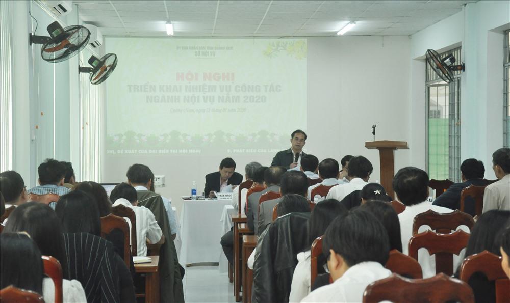 Giám đốc Sở Nội vụ Trần Anh Tuấn trả lời kiến nghị ngành nội vụ các địa phương. Ảnh: N.Đ