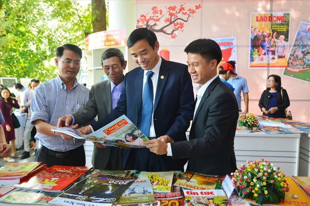 Lãnh đạo UBND TP.Đà Nẵng tham quan các gian hàng tại Hội Báo xuân Canh Tý 2020. Ảnh: Q.T