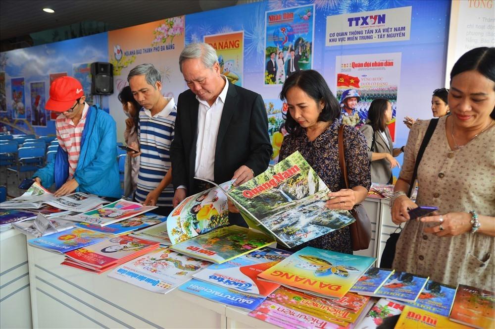 Các ấn phẩm báo chí tham gia sự kiện này thu hút sự quan tâm đông đảo của bạn đọc. Ảnh: Q.T