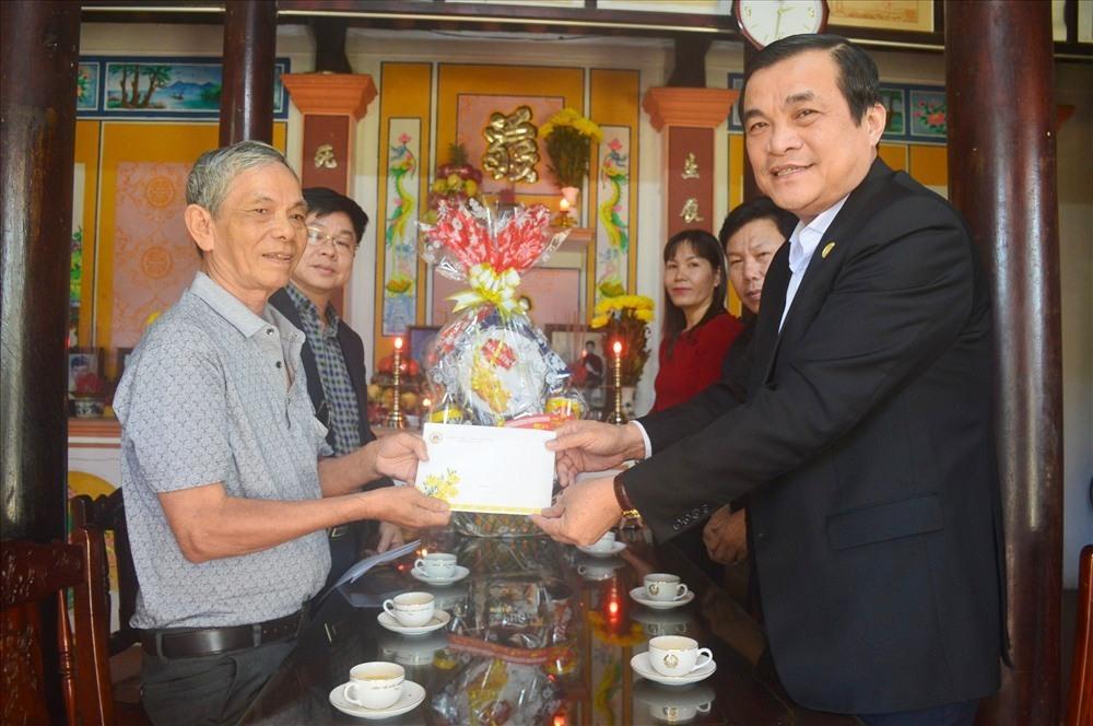 Đồng chí Phan Việt Cường trao quà Tết cho con trai mẹ Thứ. Ảnh: Q.T
