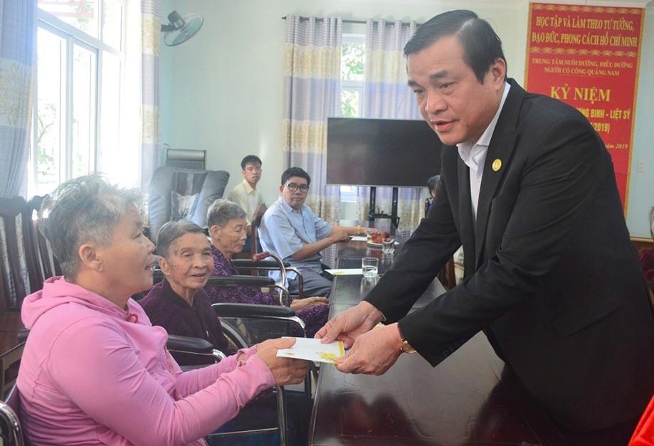 Đồng chí Phan Việt Cường trao quà Tết cho người có công đang an dưỡng tại Trung tâm nuôi dưỡng, điều dưỡng người có công tỉnh. Ảnh: Q.T