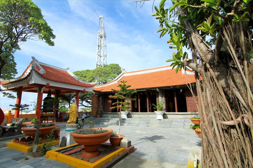 Ngôi chùa trên đảo Sinh Tồn, điểm đến của nhiều ngư dân mỗi khi có dịp ghé đảo.