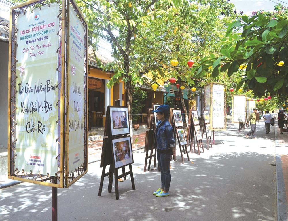 Trưng bày thư pháp thơ Haiku tại phố cổ Hội An nhân sự kiện giao lưu văn hóa Việt - Nhật. Ảnh: Võ Văn Trung
