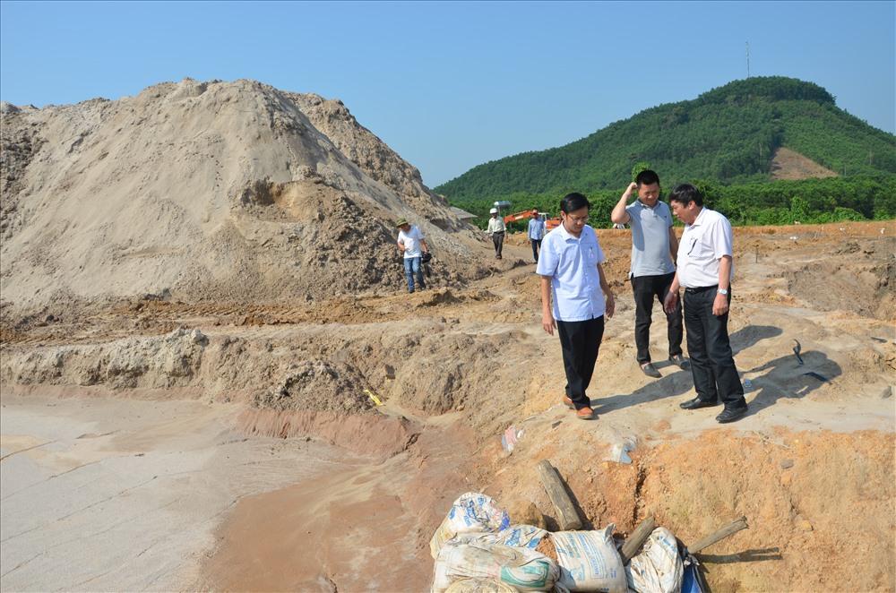 Ngành chức năng tăng cường các biện pháp giám sát hoạt động khai thác khoáng sản có nguy cơ gây ô nhiễm môi trường. Ảnh: TRẦN HỮU