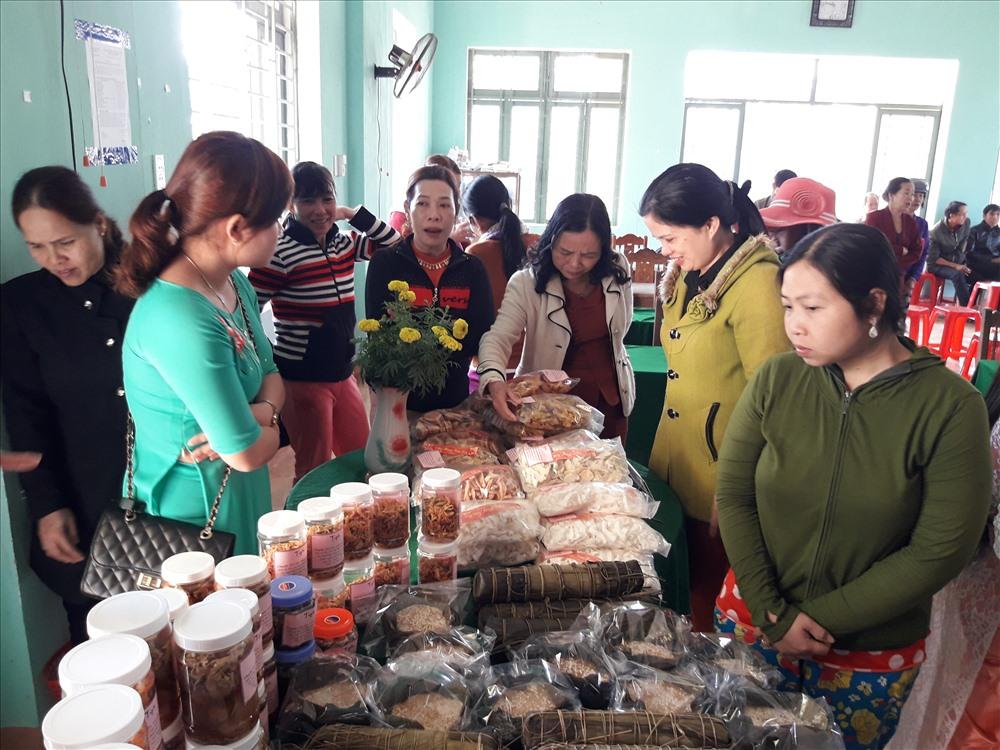 """Hội thi làm bánh, mức truyền thống trao quà """"Tết yêu thương"""" được nhiều cơ sở hội phụ nữ trong huyện triển khai sôi nổi mỗi dịp tết đến, xuân về. Ảnh: P.H"""
