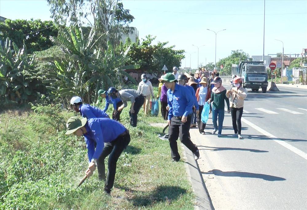 Huyện Thăng Bình huy động lực lượng đoàn viên - thanh niên tham gia dọn vệ sinh, đảm bảo môi trường sạch đẹp đón tết. Ảnh: B.T