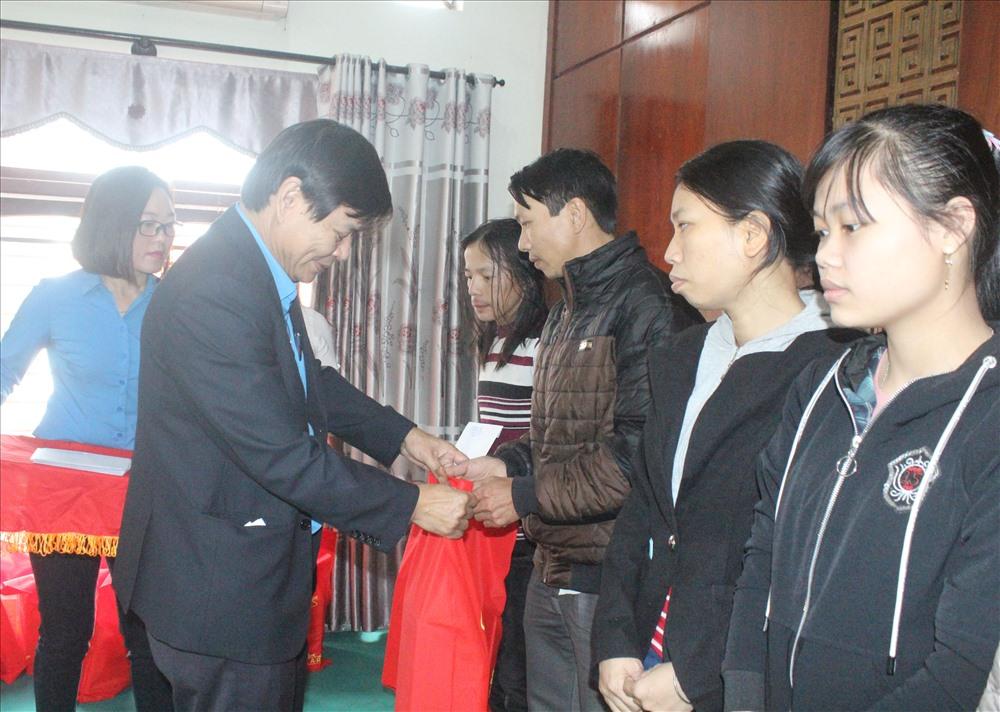 Những phần quà tết từ các cấp công đoàn được trao tận tay công nhân lao động. Ảnh: D.L