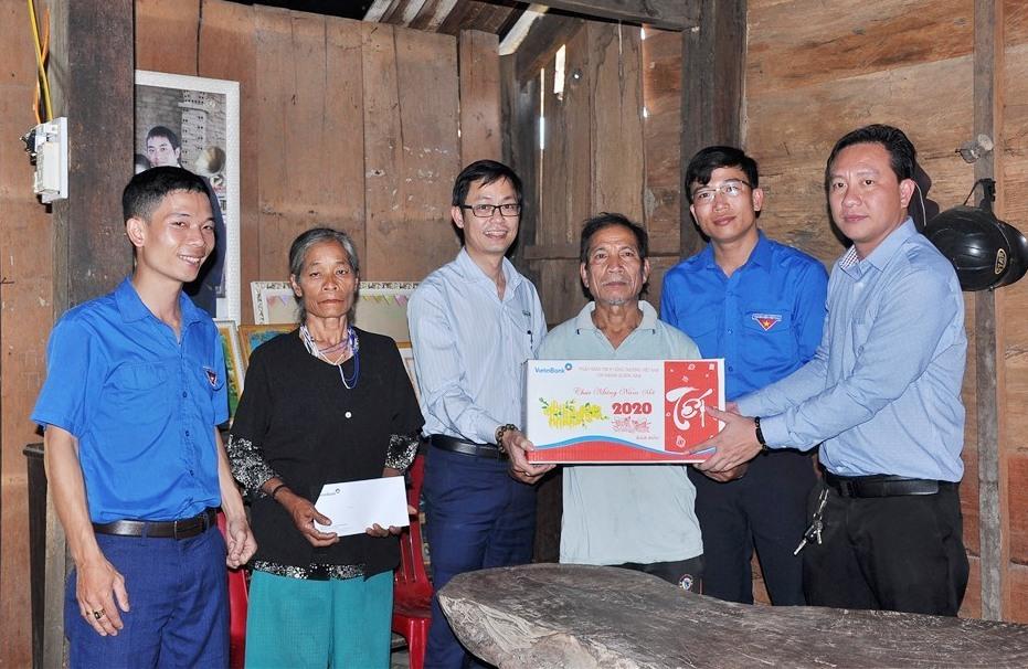 Thăm, tặng quà cho già làng, người có uy tín tại xã Phước Công. Ảnh: L.T