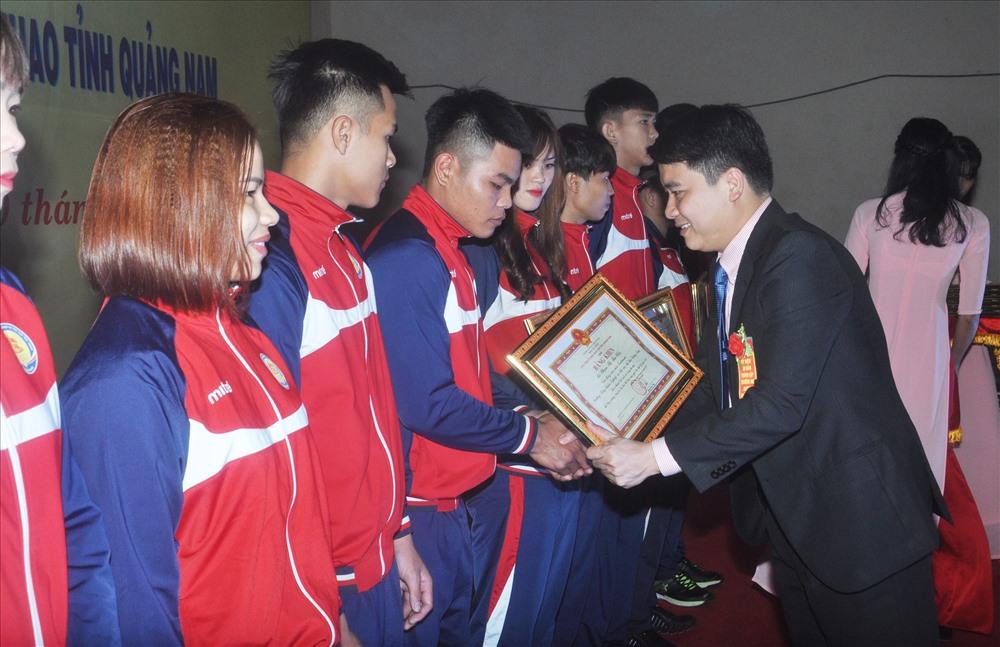 Phó Chủ tịch UBND tỉnh Trần Văn Tân trao bằng khen của UBND tỉnh cho các VĐV đạt thành tích xuất sắc năm 2018. Ảnh: T.V