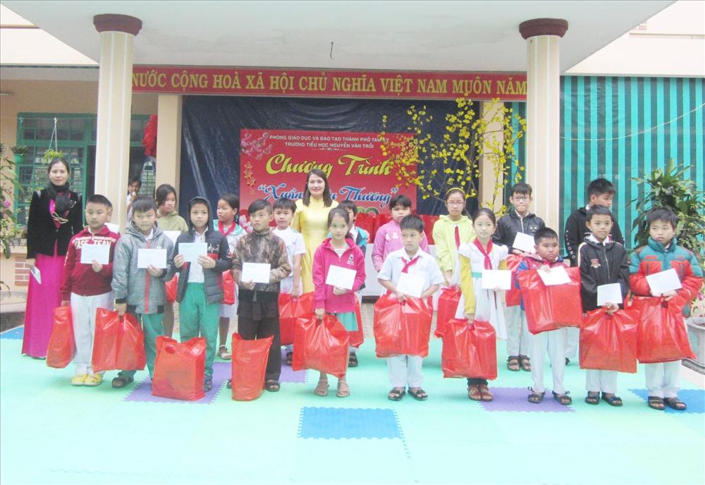 Trường Tiểu học Nguyễn Văn Trỗi (Tam Kỳ) trao quà tết cho học sinh có hoàn cảnh khó khăn. Ảnh: P.Đ.V