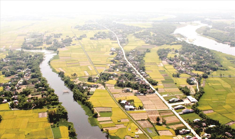 Đường lớn ngang qua một vùng quê trù phú Điện Bàn, Duy Xuyên.Ảnh: H.X.H