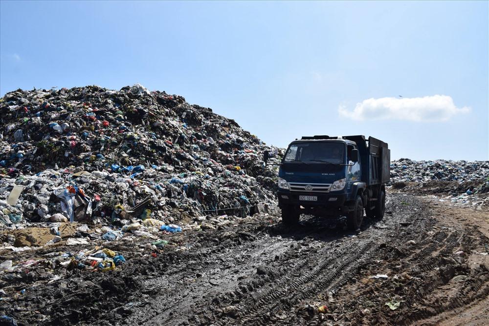 Bãi rác Cẩm Hà (TP.Hội An). Ảnh: THANH THẮNG
