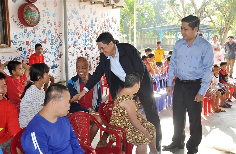 Chủ nhiệm Ủy ban Tài chính – ngân sách Quốc hội Nguyễn Đức Hải tặng quà tết trẻ em bất hạnh