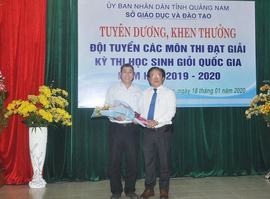 Giám đốc Sở GD-ĐT Hà Thanh Quốc tặng hoa cho đại diện các thầy, cô giáo dạy bồi dưỡng. Ảnh: X.P