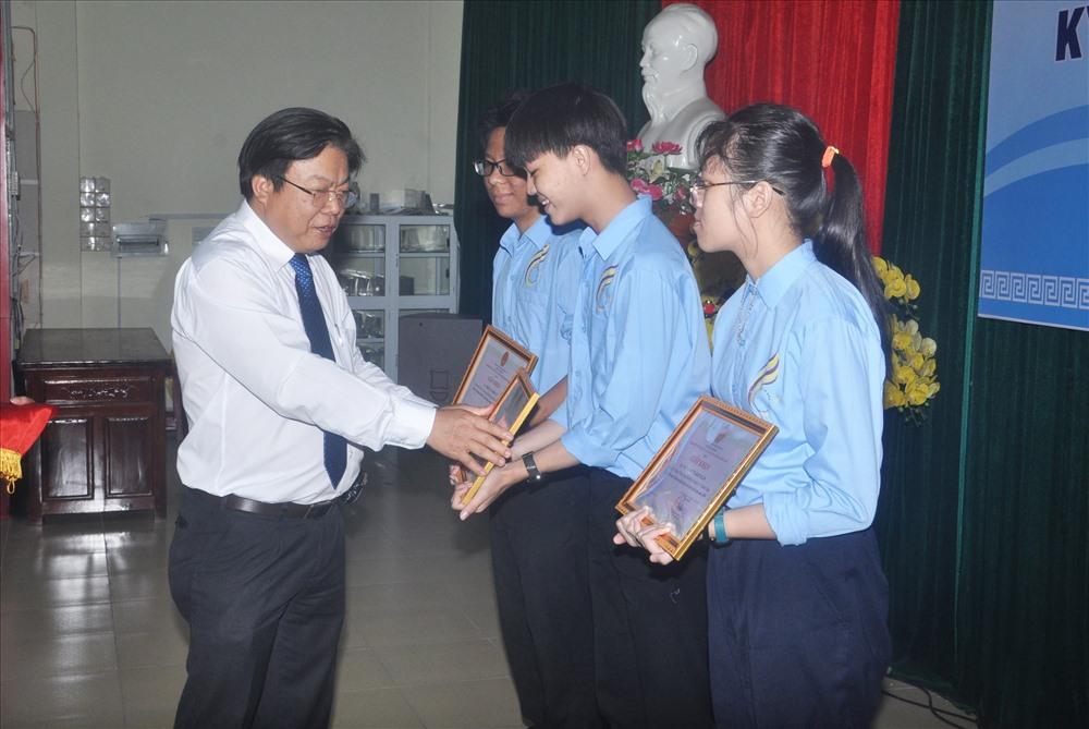 Giám đốc Sở GD-ĐT Hà Thanh Quốc tặng giấy khen cho học sinh. Ảnh: X.P