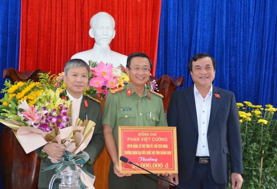 Đồng chí Phan Việt Cường tặng hoa chúc mừng và thưởng nóng 20 triệu đồng cho Công an Quảng Nam