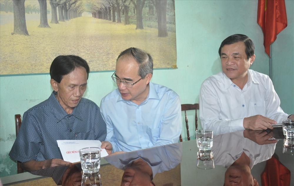 Bí thư Thành ủy Nguyễn Thiện Nhân đến thăm, tặng quà tết thương binh Lương Văn Nga. Ảnh: N.Đ