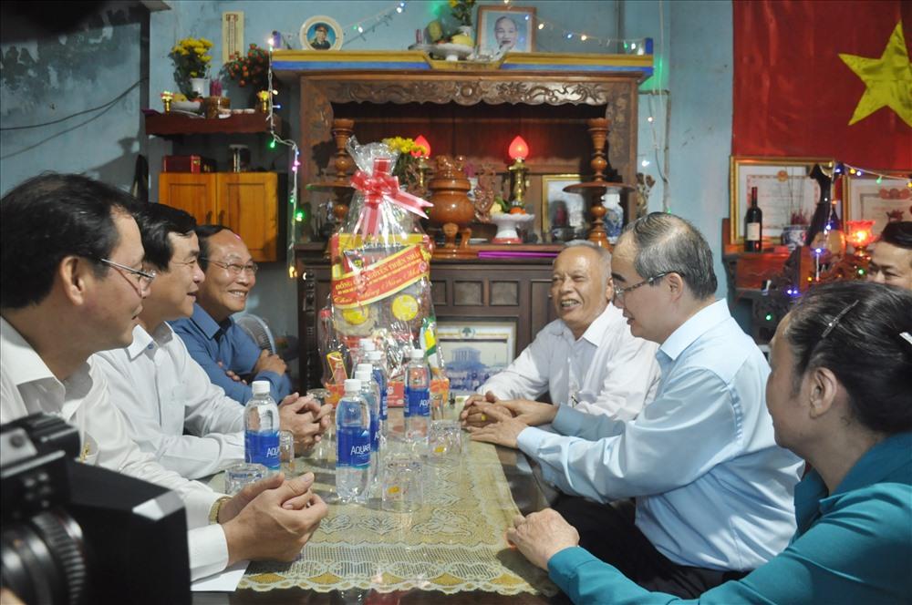 Bí thư Thành ủy Nguyễn Thiện Nhân đến thăm, tặng quà tết thương binh Huỳnh Văn Tài. Ảnh: N.Đ