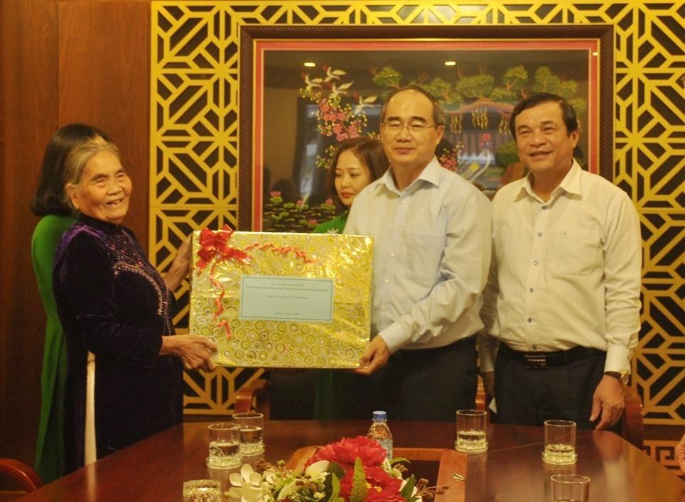 Bí thư Thành ủy Nguyễn Thiện Nhân tặng quà chúc tết thân nhân của bác Năm Công. Ảnh: N.Đ