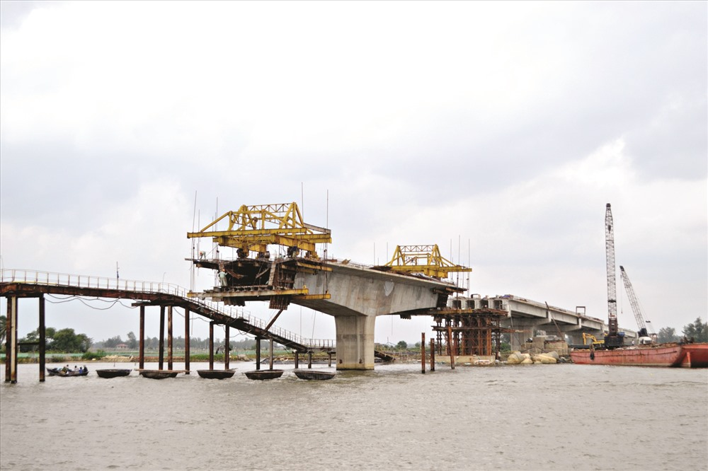 Thuộc dự án đường 129 giai đoạn 2, cầu Tam Tiến bắc qua sông Tam Kỳ để hướng vào nam.Ảnh: CÔNG TÚ