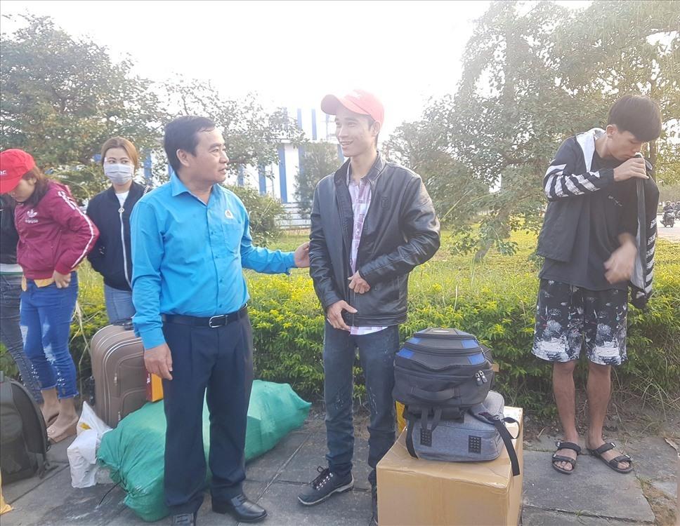 Ông Phan Xuân Quang - Chủ tịch LĐLĐ tỉnh thăm hỏi người lao động. Ảnh: D.L