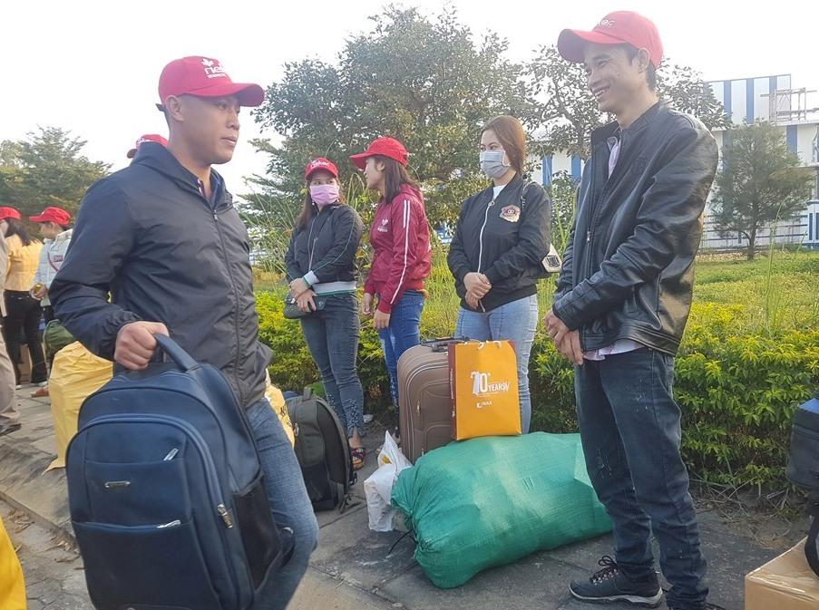 Từ sáng sớm, người lao động đã mang hành lý đến điểm hẹn khởi hành. Ảnh: D.L
