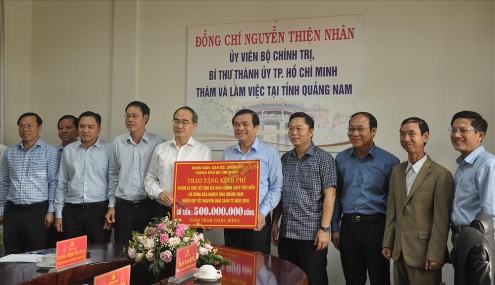 Các đồng chí lãnh đạo tỉnh tiếp nhận hỗ trợ kinh phí chăm lo quà tết của đoàn công tác TP.Hồ Chí Minh. Ảnh: N.Đ