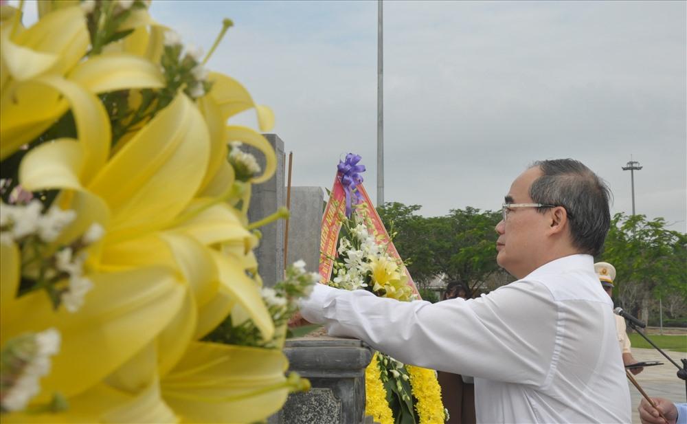 Bí thư Thành ủy Nguyễn Thiện Nhân dâng hương tưởng niệm các Mẹ Việt Nam anh hùng. Ảnh: N.Đ