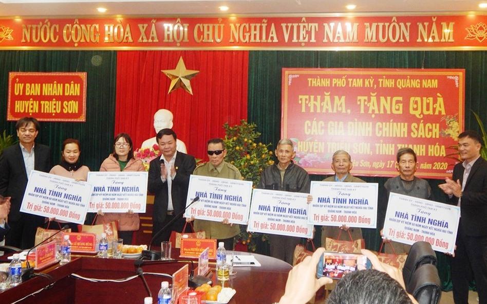Trao tặng 6 ngôi nhà tình nghĩa cho đối tượng chính sách huyện Triệu Sơn.