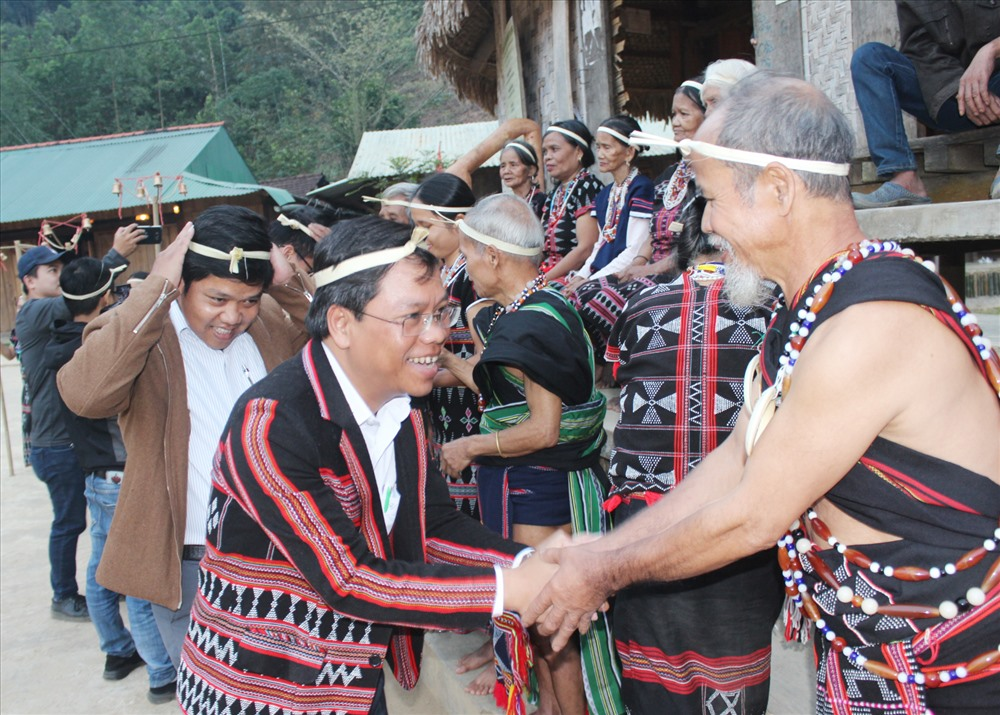 Khách du lịch được già làng làm lễ nhập làng khi trải nghiệm làng du lịch sinh thái cộng đồng Ta Lang. Ảnh: PƠLOONG PLÊNH