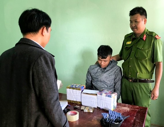 Đối tượng Mai Văn Lý (thị xã Điện Bàn) bị bắt quả tang tàng trữ, bán trái phép pháo nổ.