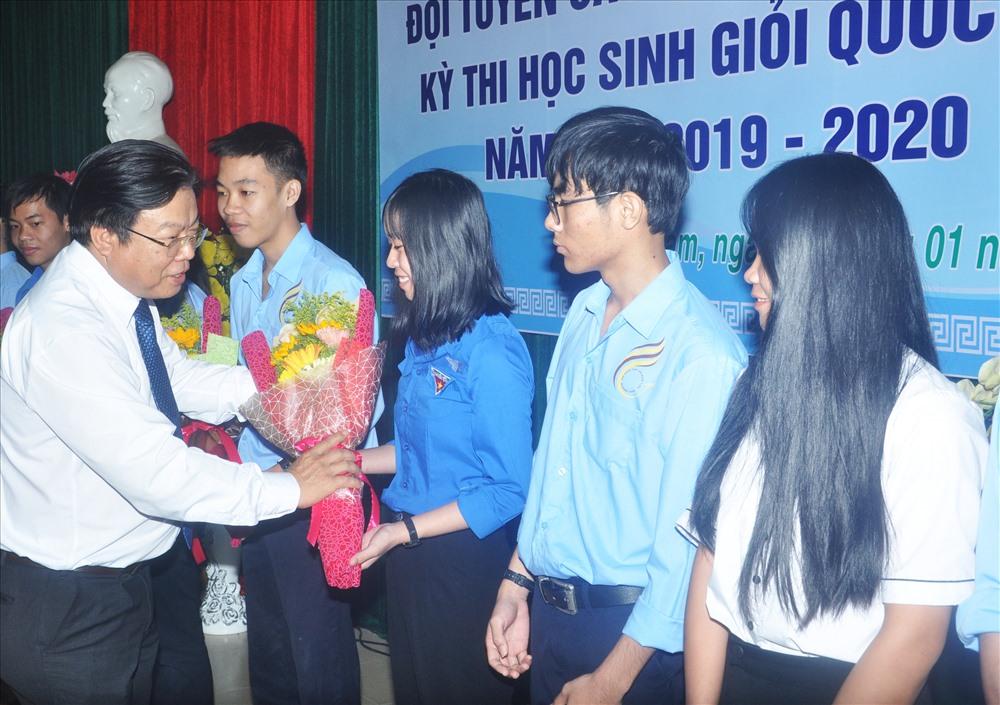 Sở GD-ĐT động viên, khen thưởng kịp thời đối với thành tích xuất sắc của các em HS giỏi quốc gia. Ảnh: X.P