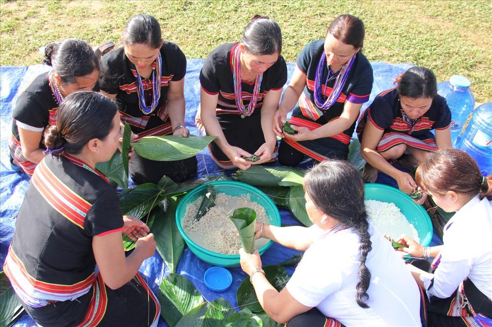 Phụ nữ Bh'noong cùng nhau gói bánh koát. Loại bánh này được làm từ gạo baton quý hiếm, nguyên liệu chính trong lễ hội tết mùa. Ảnh: ALĂNG NGƯỚC
