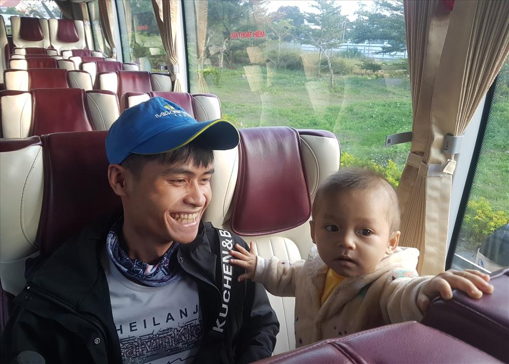 Niềm vui của anh Nguyễn Văn Linh khi sắp được về quê đón tết.