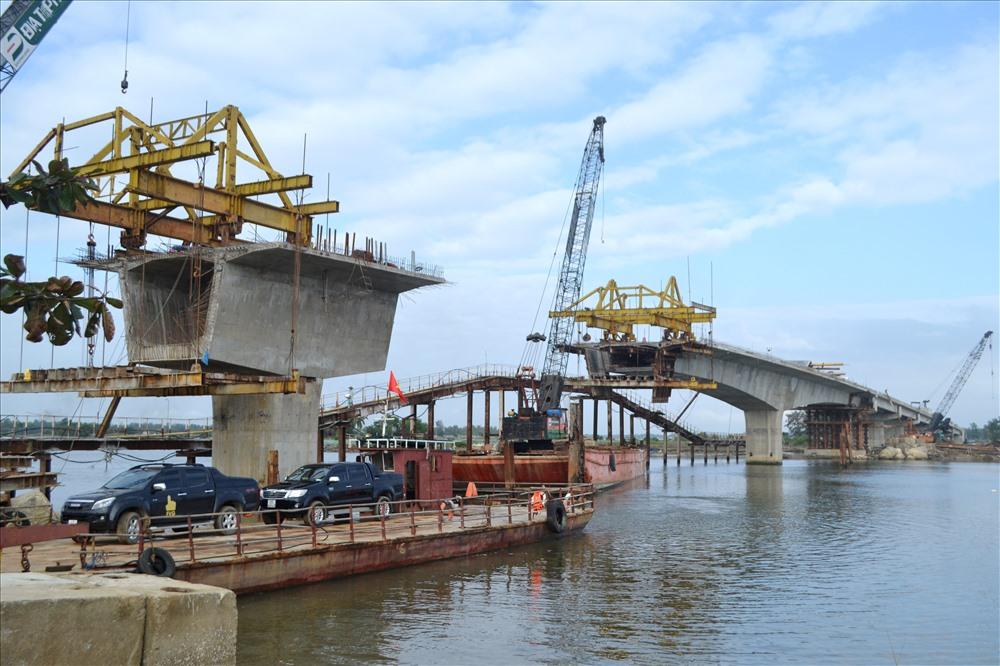 Cầu Tam Tiến sẽ được tiếp tục thi công kết cấu nhịp và bản mặt cầu sau tết. Ảnh: C.TÚ