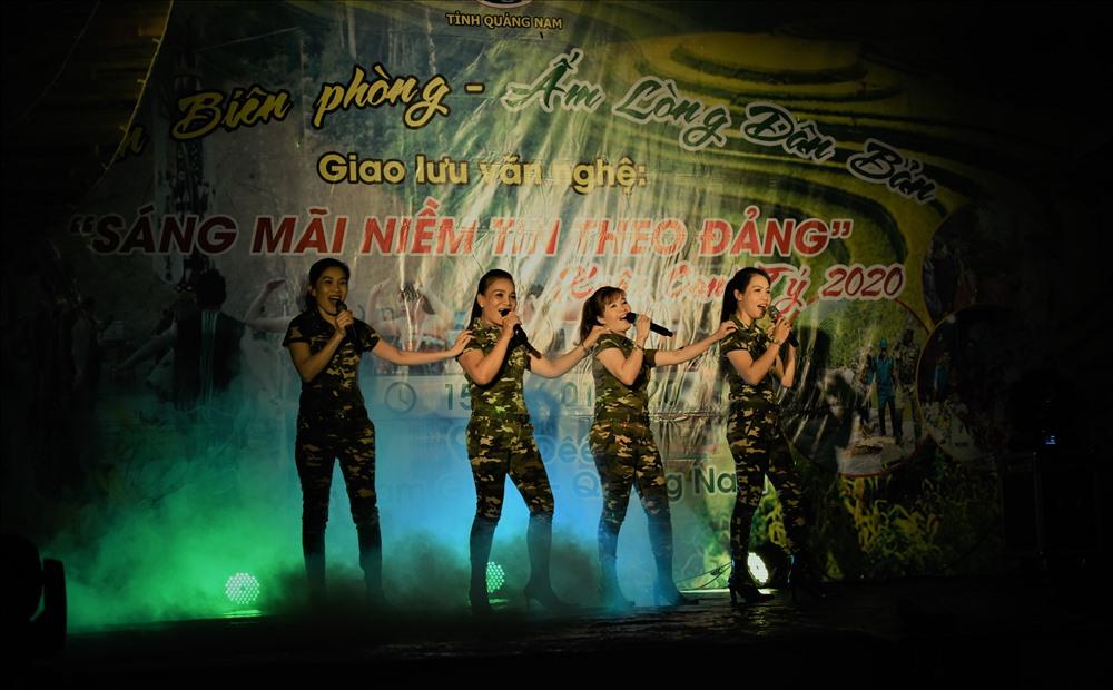"""Trong chương trình """"Xuân Biên phòng - Ấm lòng dân bản"""", Đội Tuyên truyền văn hóa Bộ đội Biên phòng tỉnh đã mang lời ca tiếng hát như lời chúc xuân đến với chiến sĩ và nhân dân vùng cao biên giới."""