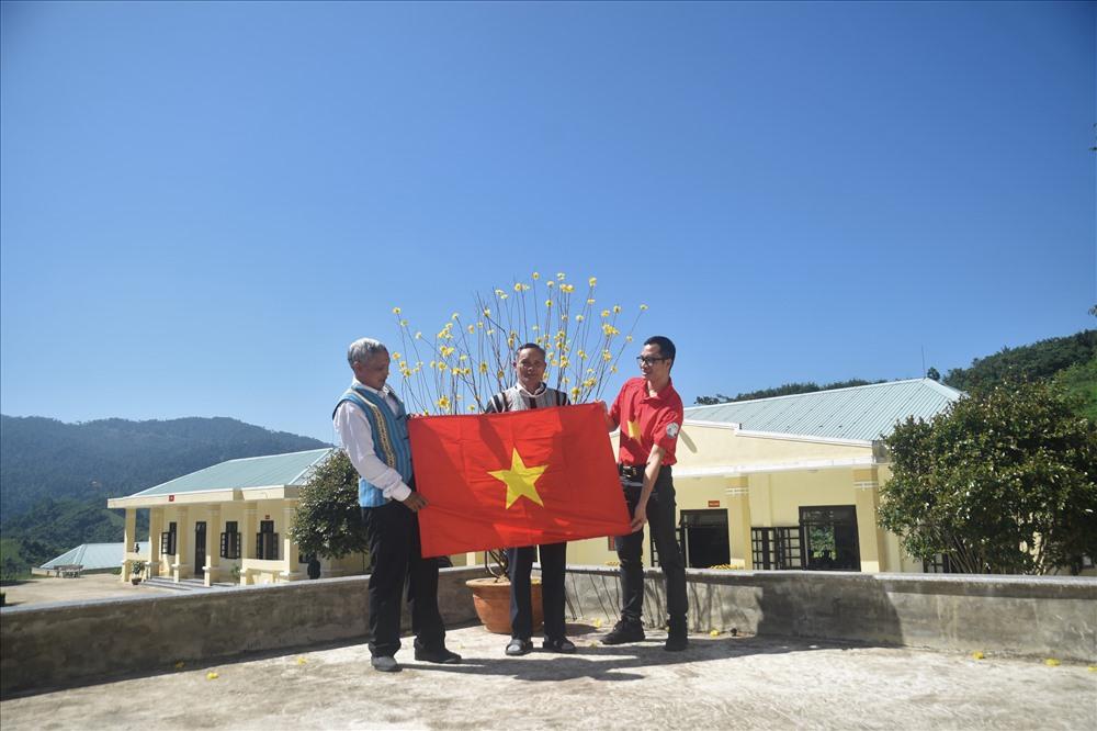 Hành trình lên biên giới lần này, Báo Người Lao động cũng đã phối hợp trao 1.000 lá cờ Tổ quốc cho nhân dân các xã vùng cao nhằm giáo dục truyền thống cách mạng, tinh thần yêu nước, góp phần bảo vệ chủ quyền biên giới quốc gia trong tình hình mới.
