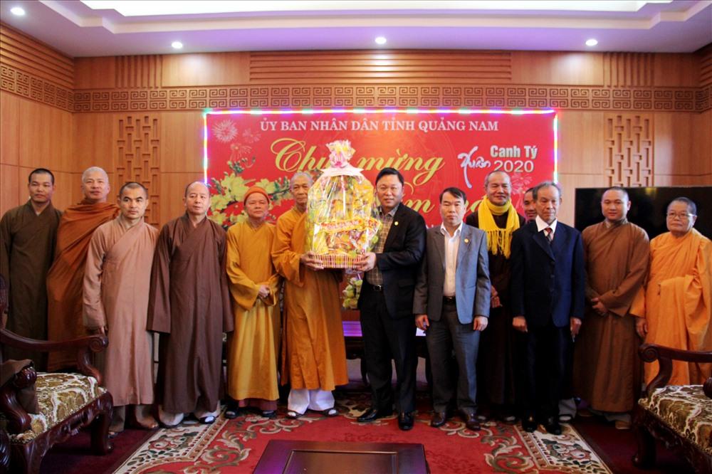 Đại diện Ban Trị sự Giáo hội Phật giáo Việt Nam tỉnh tặng quà năm mới cho lãnh đạo tỉnh. Ảnh: A.N