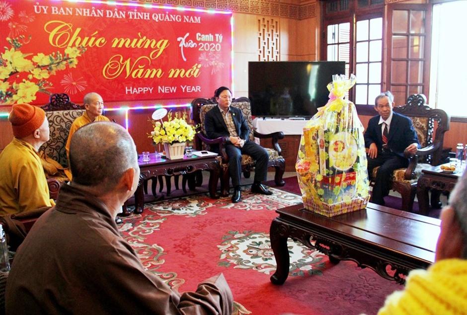 Tại buổi tiếp, đồng chí Lê Trí Thanh ghi nhận và đánh giá cao những đóng góp của các tăng ni, phật tử thuộc Giáo hội Phật giáo Việt Nam tỉnh trong sự phát triển chung của tỉnh. Ảnh: A.N