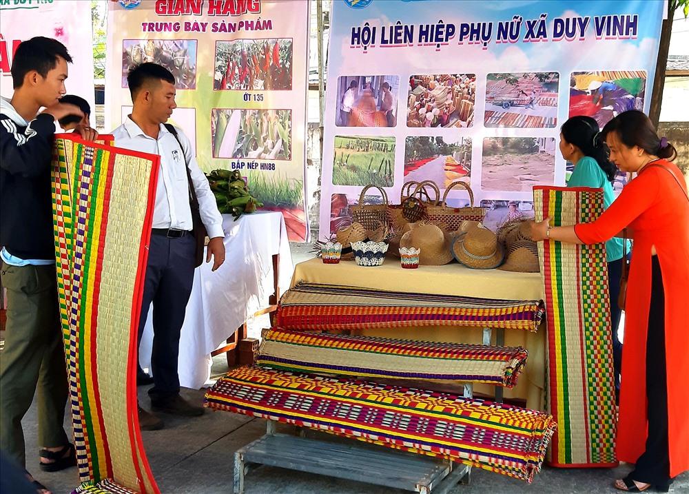 Thời gian gần đây, xã Duy Vinh quan tâm hỗ trợ người dân tham gia trưng bày sản phẩm chiếu cói tại nhiều hội chợ. Ảnh: H.N