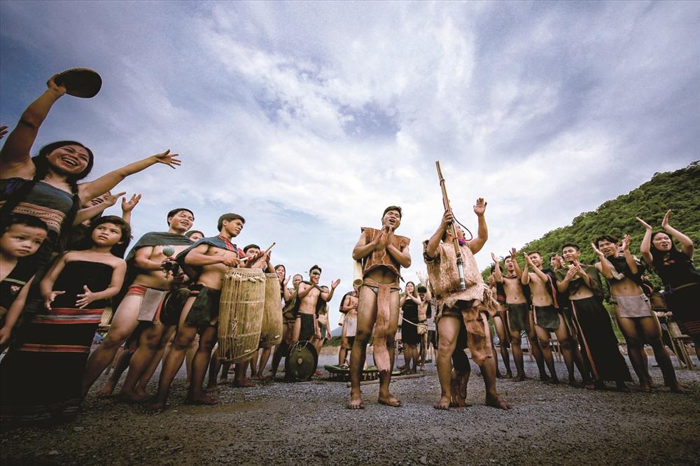 Người Cơ Tu trong một lễ hội của làng. Ảnh: LÊ TRỌNG KHANG