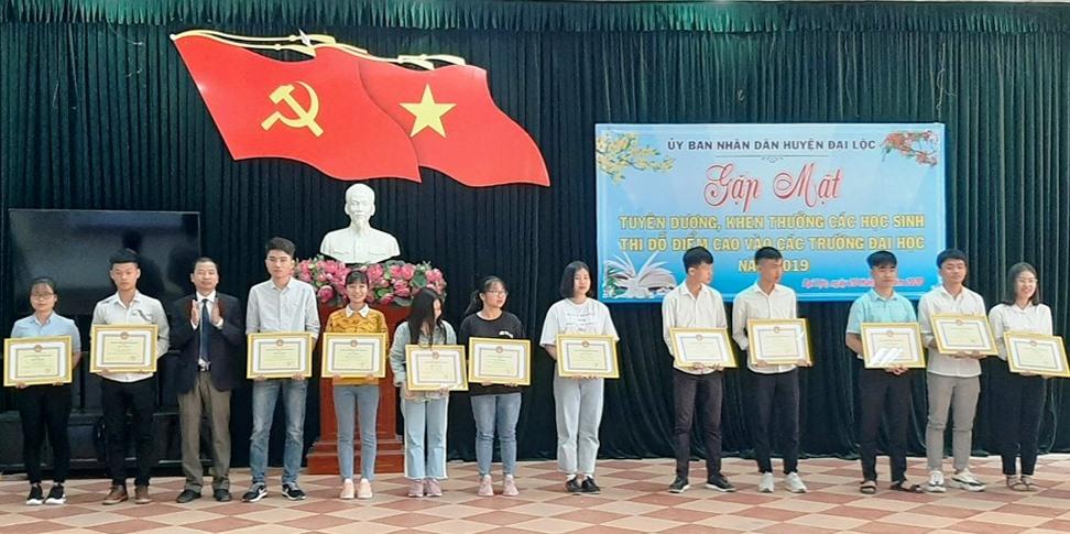 Lãnh đạo huyện Đại Lộc khen thưởng các em có điểm thi đại học cao từ 20 điểm trở lên. Ảnh: NHẬT DUY