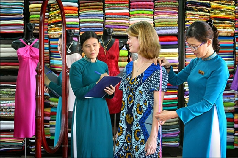 Visitors get a tailor-made suit in Hoi An (Photo: Chudu24h)