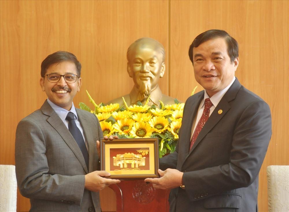 Secretary Cuong (R) and Indian Ambassador Pranay Verma
